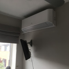 Wall air conditioning unit for a bedroom